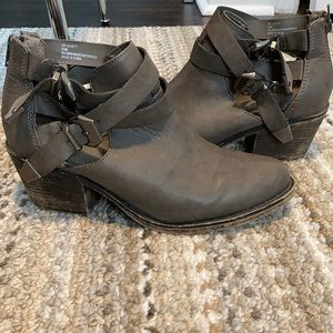 Ankle boot with cutout detail